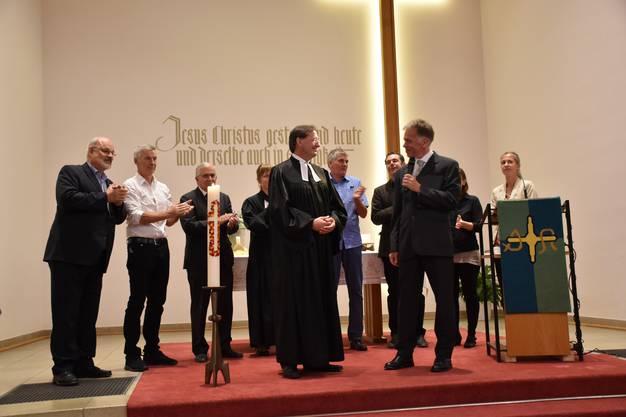 Die Kirchenpflege, Pfarrerin Speiser, Dekan L. Ruszkowski und Diakon M. Brunner gratulieren Pfarrer Kai Hinz (vorne links) zur Amtseinsetzung
