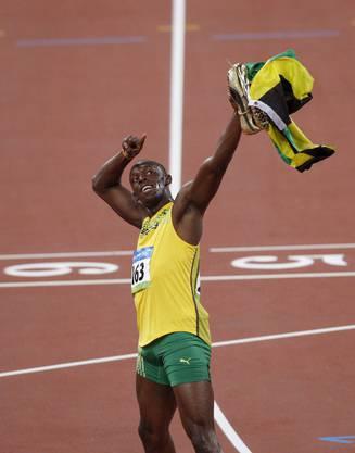 Gut zwanzig Meter vor dem Ziel drosselt Bolt das Tempo und breitet jubelnd die Arme aus, womit er eine noch bessere Zeit vergab. Ausserdem öffnete sich einer seiner Schuhe während des Rennens.