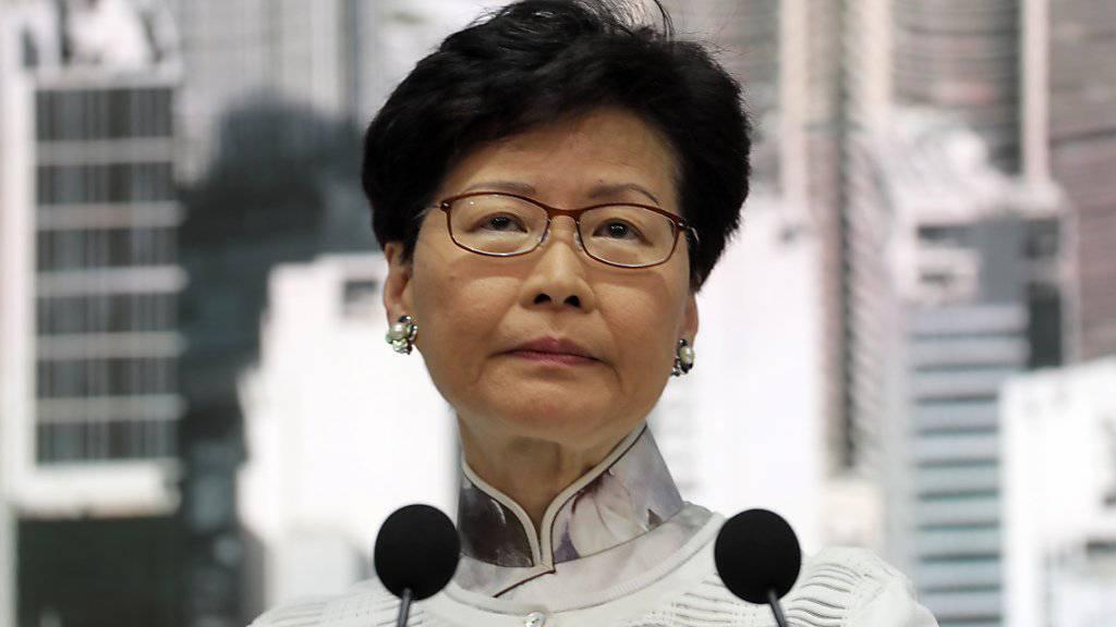 Nach massiven Protesten stellt Hongkongs Regierungschefin Carrie Lam Pläne für ein umstrittenes Auslieferungsgesetz nach China zurück. (AP Photo/Kin Cheung)