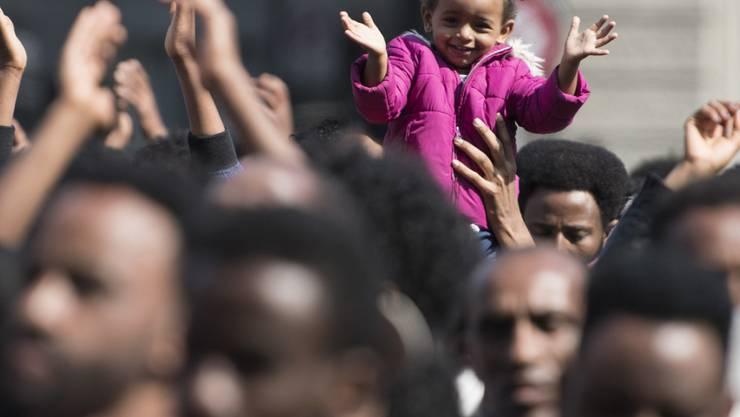 Eritreische Flüchtlinge demonstrieren auf dem Bundesplatz. Sie kritisieren, dass die Asylpraxis verschärft wurde.