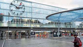 Die grösste Bahnhofsuhr der Schweiz, das Busbahnhofdach «Wolke» und die roten Tulpensitze machen den Aarauer Bahnhof unverkennbar. Das Schützendenkmal vor dem alten Bahnhof.