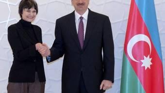 Händeschütteln: Calmy-Rey und Alijew in Baku