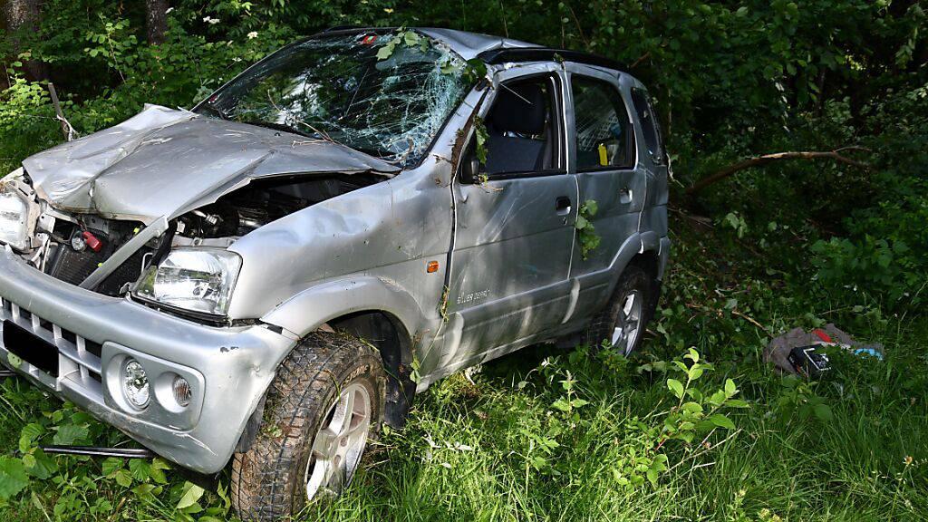 Bei einem Selbstunfall sind ein 87-Jähriger und seine 84-jährige Frau mit dem Auto 50 Meter einen Abhang hinuntergestürzt.