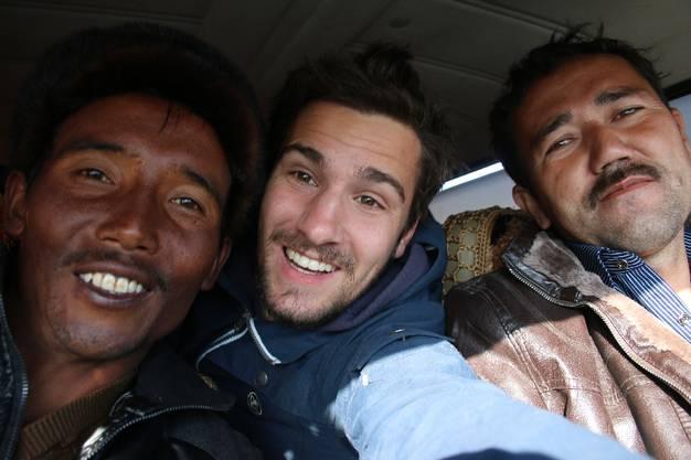Von Keriya nach Aoyituogelakexiang: Mehti(links)und sein Freund sind mit ihrem vollgestopften Auto auf dem Weg an den Bazar.