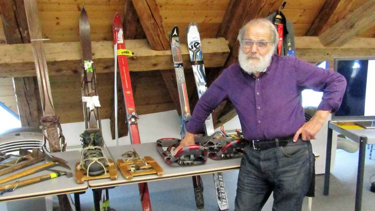 Ruedi Dutli zeigt die Entwicklung von Tourenskis und Schneeschuhen.