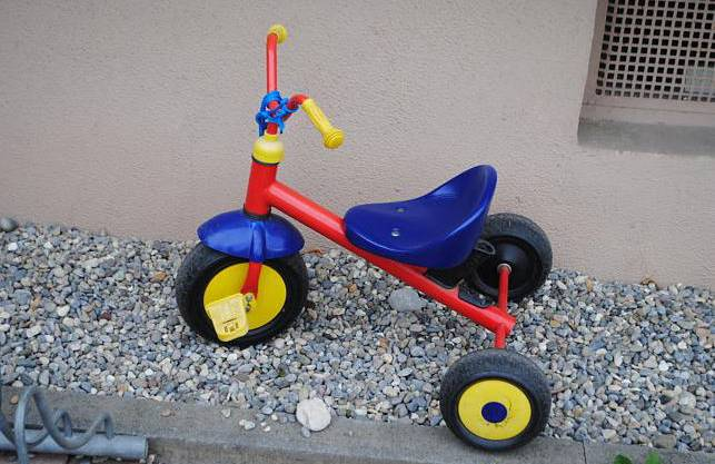 Ein Dreirad steht vor der Kindertagesstätte St. Elisabeth in Oberlauchringen. Die kindliche Idylle trügt: In der Einrichtung sind Kinder von der Kindergartenleiterin und ihrer Stellvertreterin mutmaßlich misshandelt worden