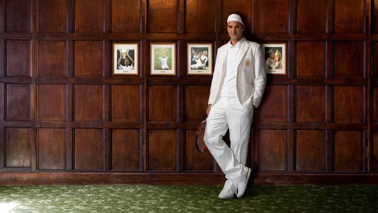 «Das Bild ist eine kleine Mogelpackung. Es entstand 2007 in der Woche vor Wimbledon, nicht in der Kabine, sondern vor dem Garagentor des Hauses, das Roger gemietet hatte. Den Hintergrund ersetzten wir erst später. Es war das erste Mal, dass Roger diese weisse Jacke trug und die Bilder als Werbung für Nike gedacht.»