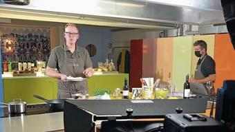Rafael Bölsterli kocht vor der Kamera, Andreas Ehrensperger betreut den Chat.