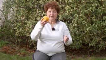 Folge 2/3: Bewegungs-Trainerin Yvonne Haller zeigt Übungen im Sitzen. Dazu empfiehlt sie beschwingte Lieblingsmusik.