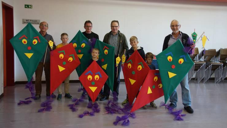 Männerriege-Turner mit Kindern/Enkeln und den wunderschönen farbigen Drachen