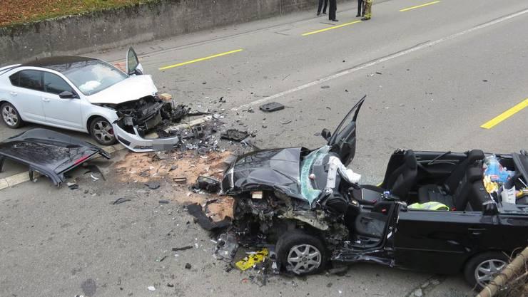 Ein Autofahrer geriet auf der Neuenhoferstrasse auf die Gegenfahrbahn und kollidierte frontal mit einem entgegenkommenden Personenwagen. Drei Personen wurden verletzt ins Spital gebracht. Die Strasse musste gesperrt werden.