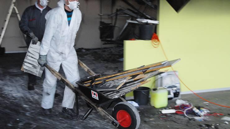 Aufräumarbeiten in den zerstörten Läden