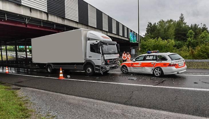 Ein Polizeiauto ist mit einem Lastwagen seitlich kollidiert. Eine Polizistin musste zur Kontrolle ins Spital gefahren werden.