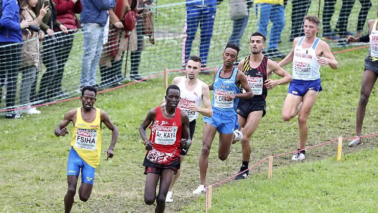 Robel Fsiha (links im gelben Shirt) wird an den Cross-EM in Lissabon von Julien Wanders (3. Position) verfolgt.