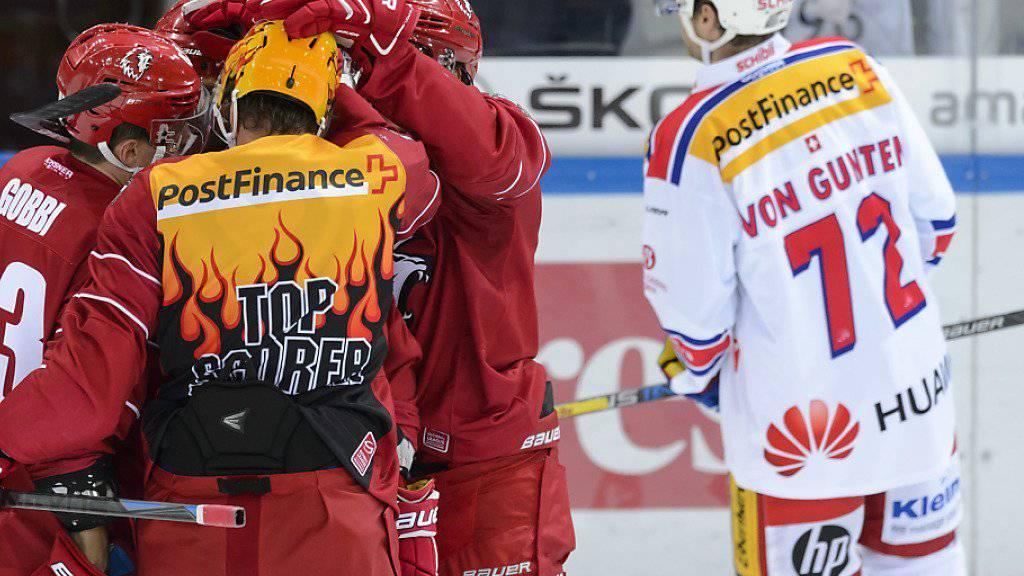 Lausanne-Topscorer Nicklas Danielsson und seine Kollegen jubeln nach der 1:0-Führung gegen Kloten