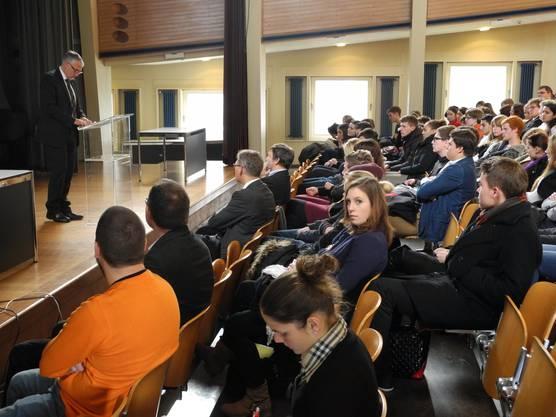 Peter Gomm spricht zu den Schülern.