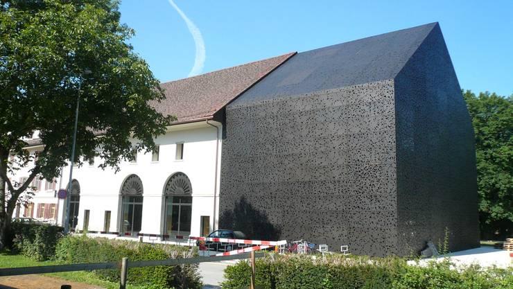 Die perforierte Metall-Fassade von Alex Herzog an der Mensi der Kanti Wettingen