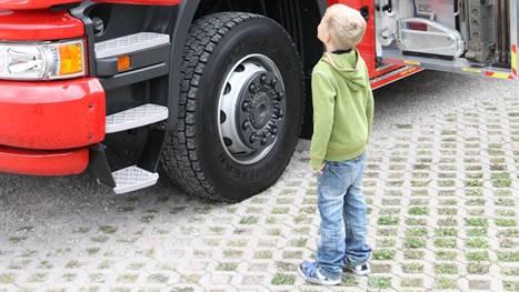 Kleiner Mann steht staunend vor dem riesigen Gefährt..