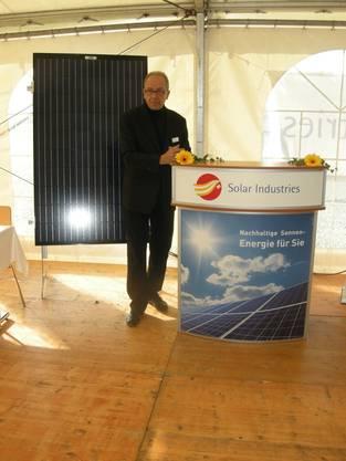 Verwaltungsratspräsident Rolf Wägli eröffnet den Anlass zur Grundsteinlegung der Fabrik
