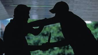 Ein Algerier verletzt einen Landsmann mit Messerstichen, der wehrt sich mit einem Schwedenkuss. (Symbolbild)