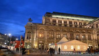 ARCHIV - Die Wiener Staatsoper, aufgenommen am Abend. Foto: Jens Kalaene/dpa-Zentralbild/dpa