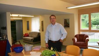 Für Demenzpatienten eingerichtet Die Wohnstube der Tagesstätte, präsentiert durch Zentrumsleiter Otto Zeller.