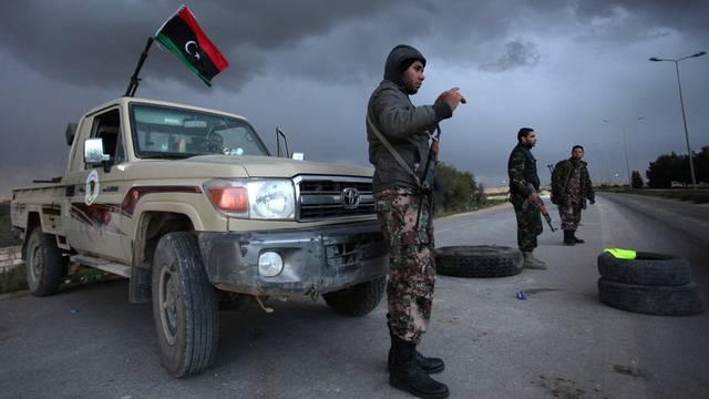 Libysche Sicherheitskräfte an einem Checkpoint auf einer Strasse nach Bengasi