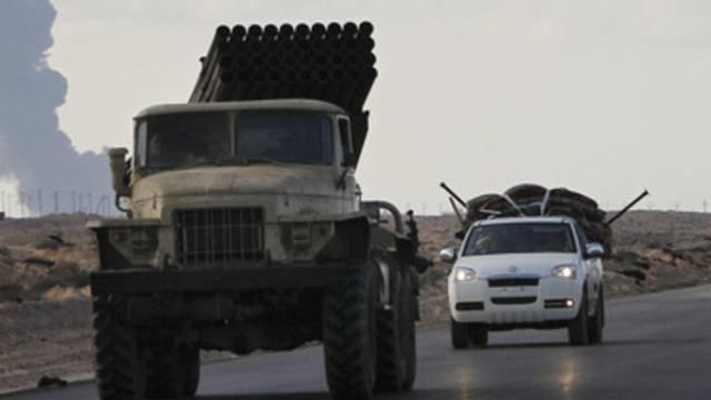 Armee- und ziviles Fahrzeug in Libyen (Symbolbild)