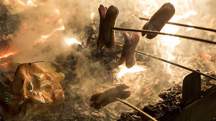 Achtung heiss: Beim Grillieren verunfallen in der Schweiz jedes Jahr mehrerer hundert Personen. (Symbolbild)