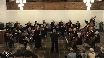 Das Streichorchester Dietikon spielt vor heimischem Publikum in der voll besetzten reformierten Kirche.