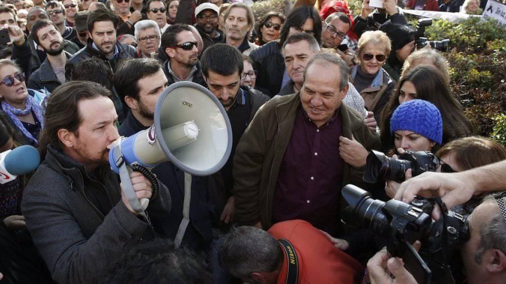 Nahm in der spanischen Hauptstadt Madrid an einer Kundgebung gegen Energiearmut teil: Pablo Iglesias, Chef der linken Protestpartei Podemos (mit Megafon).