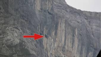 Der Pfeil zeigt, wo sich der verletzte Kletterer in der Felswand befand.