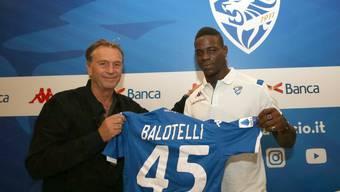 Brescias Präsident Massimo Cellino mit Mario Balotelli Mitte August