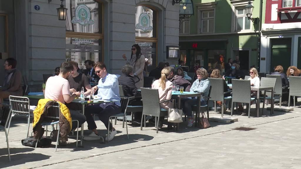 Grosser Ansturm: Offene Terrassen locken viele in Restaurant