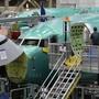 Eine Boeing 737 Max-8 in einem Flugzeughangar. Seit fast einem Jahr ist die Boeing Serie mit einem globalen Flugverbot belegt.