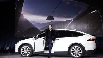 """Tesla hat einen weiteren Unfall mit dem """"Autopilot""""-System bestätigt. Chef Elon Musk, hier bei der Vorstellung des Modell X im September letzten Jahres, steht unter Druck."""