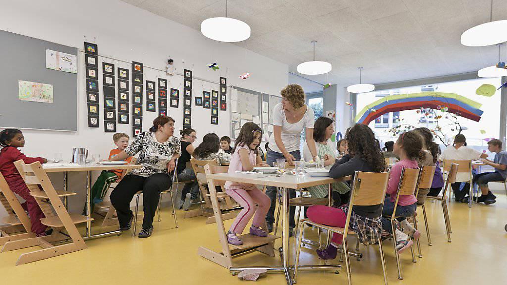 Kinderhort in Zürich: Der Bundesrat will es Eltern ermöglichen, mehr Kosten für die Kinderbetreuung von den Steuern abziehen zu können. (Archivbild)