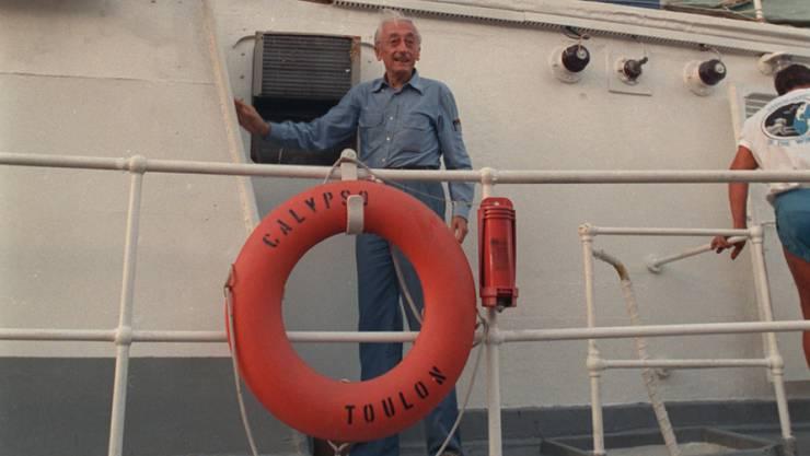 """Jacques-Yves Cousteau auf seinem Schiff """"Calypso"""", das nun wieder flott gemacht werden soll (Archiv)"""