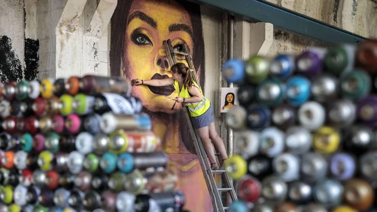 Vera Jenni aus Günsberg arbeitet an ihrem Graffiti.