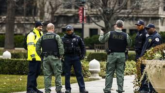 Sicherheitskräfte auf dem Campus der Universität von Chicago: Nachdem ein 21-Jähriger drohte, Polizisten auf dem Campus zu erschiessen, wurden alle Veranstaltungen abgesagt.