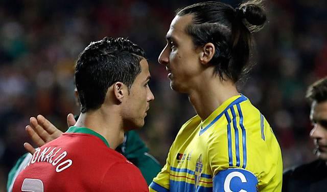 Cristiano Ronaldo (l.) gewinnt 1. Duell gegen Zlatan Ibrahimovic.