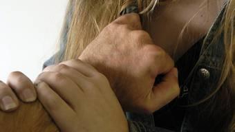 Zwei Männer brachten am 1. Februar eine alkoholisierte, junge Frau nach Hause. In ihrem Hauseingang wurde sie von den beiden Männern vergewaltigt. (Symbolbild)
