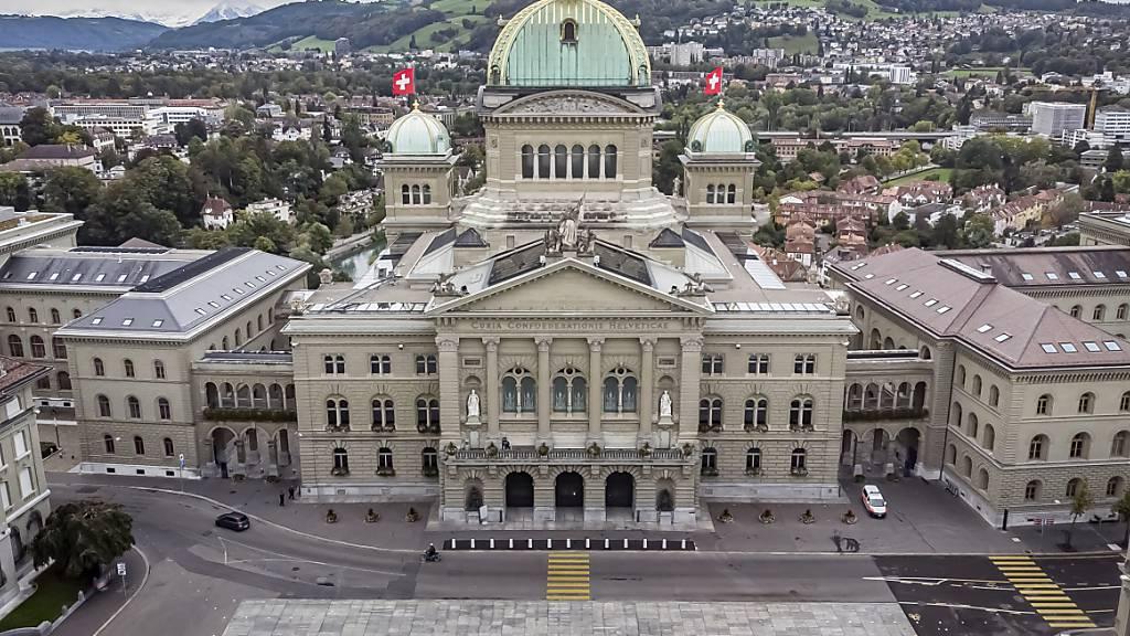Im Bundeshaus beginnt unter Sicherheitsmassnahmen die Sondersession des Nationalrats. (Archivbild.)