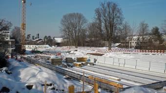 Die Baugrube war letzte Woche mit Schnee überdeckt, die Arbeiten mussten eingestellt werden.
