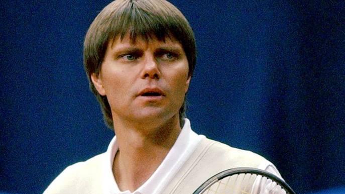 Der Ziehvater. Der australische Ex-Profi bildet Federer im TC Old Boys Basel aus. Er stirbt 2002 bei einem Autounfall.