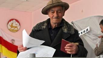Ein Mann gibt seine Stimme in Tskhinvali ab