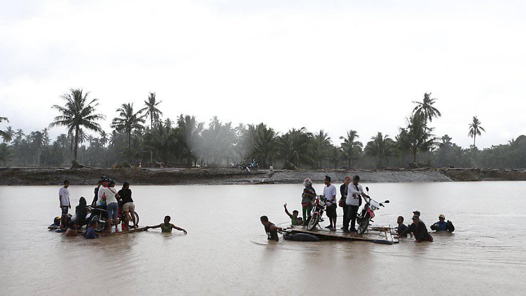 Bewohner versuchen bei der Ortschaft Salvador den Fluss zu überqueren, um sich in Sicherheit zu bringen.