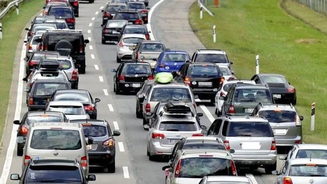 Wer keine langen Wartezeiten im Auto riskieren möchte, reist lieber mit den öffentlichen Verkehrsmitteln. (Symbolbild)