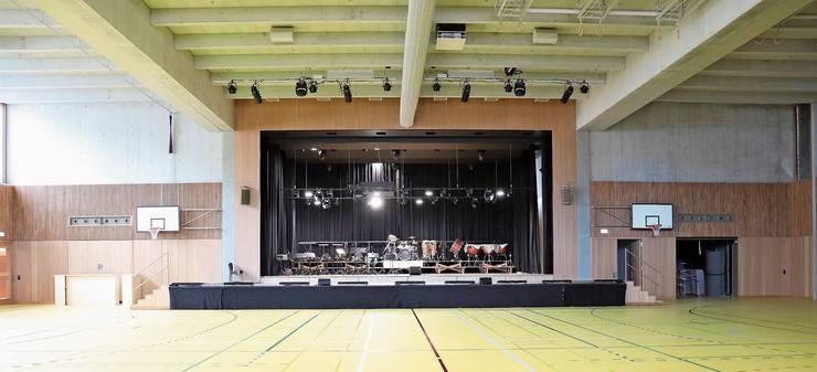 Auf der Bühne war schon alles bereitgestellt, die Stühle mussten gar nicht mehr aufgestellt werden. Die Mehrzweckhalle bleibt heute leer. Das Mischpult muss nun wieder verstaut werden. Das neue Schulhaus «Breite» neben der alten Schule. Die Stallscheune gehörte ursprünglich zur «Villa Concordia» nebenan.