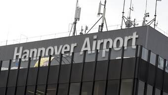 Ohne erkennbares Motiv legte ein junger Mann am Samstag den Flughafen Hannover für mehrere Stunden lahm, nachdem er mit seinem Auto aufs Rollfeld gefahren war.